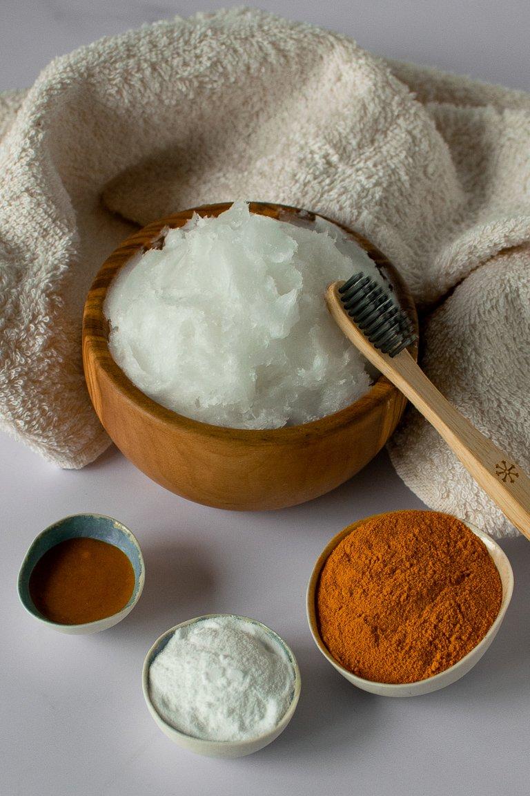 spazzolino di bambù con dentifricio arancione fatto con olio di cocco, bicarbonato e curcuma