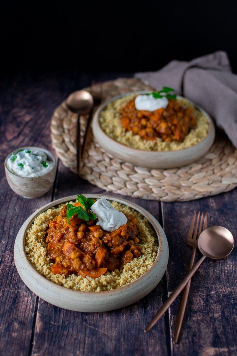 Stufato di Ceci alla Marocchina con uvetta e spezie, servito con Cous Cous e salsa allo Yogurt