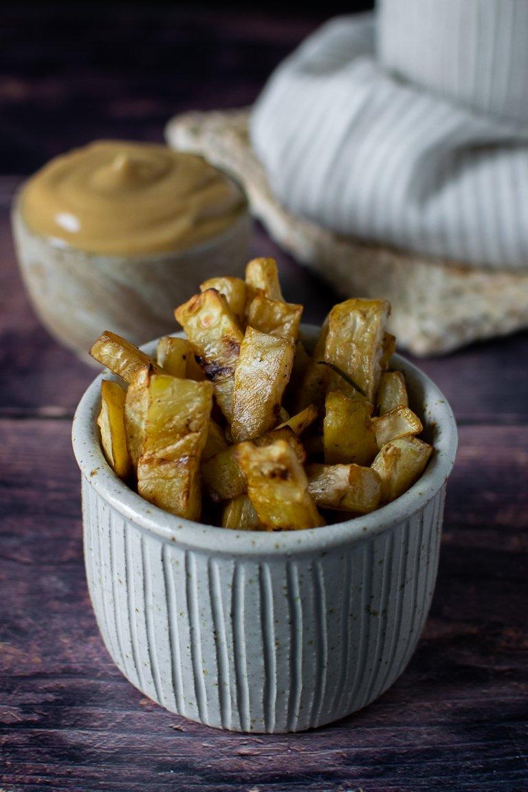 Chips di sedano rapa da tuffare in salsa cremosa a base di cavolfiore