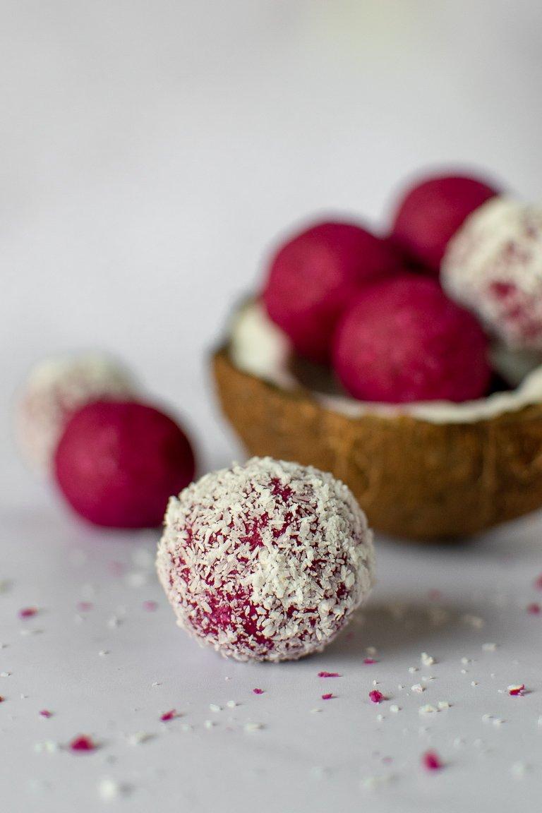 Praline rosa di cocco e barbabietola, senza glutine, perfette per San Valentino