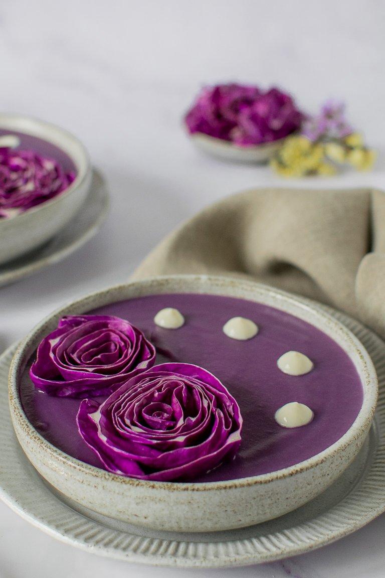 Vellutata di Cavolo cappuccio viola con gocce di panna vegetale a decorazione