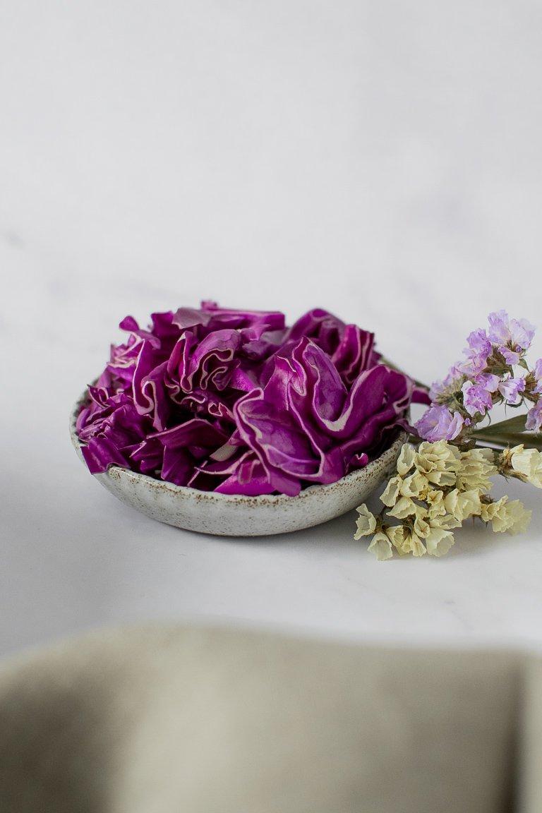 Cavolo cappuccio viola crudo tagliato a striscioline