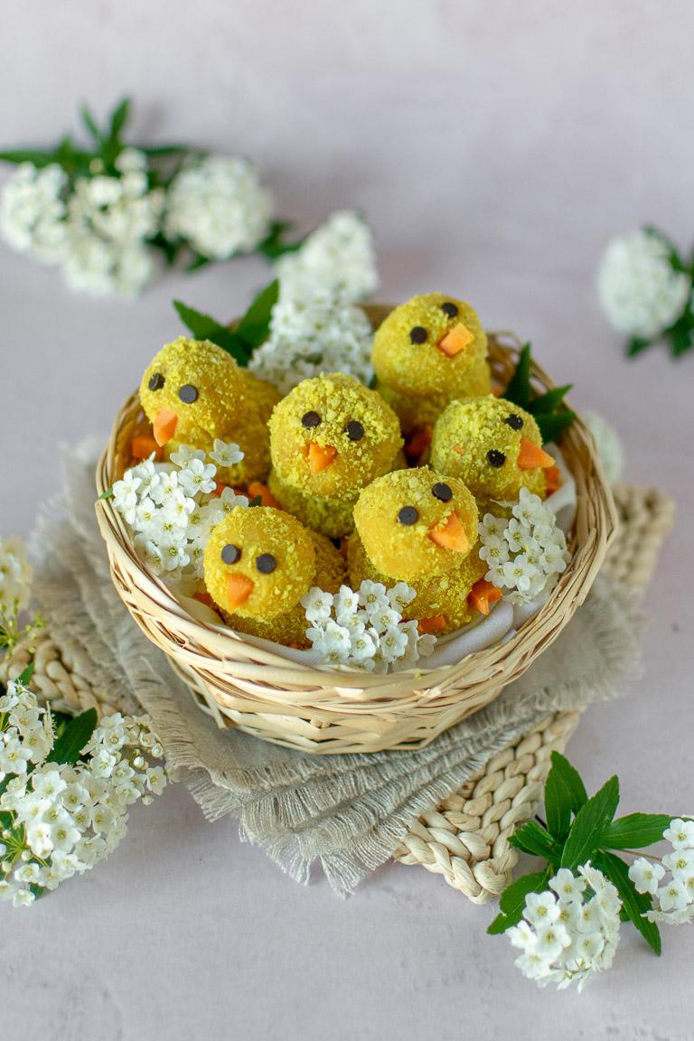 pulcini di Pasqua dolci a base di cocco e mandorle