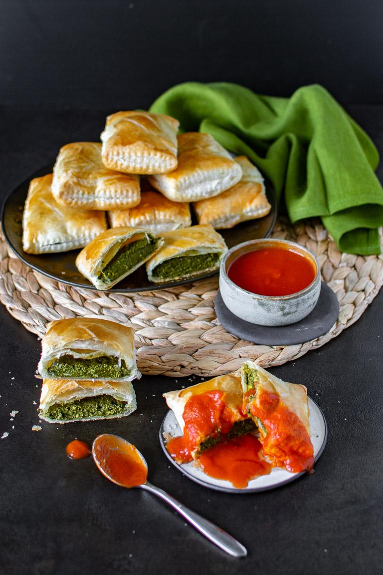 Ravioloni di pasta sfoglia ripieni di tofu e spinaci e salsina di pomodoro piccante