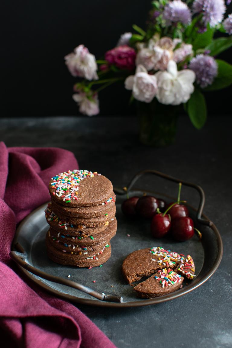 biscotti al cacao decorati con bastoncini di zucchero colorati