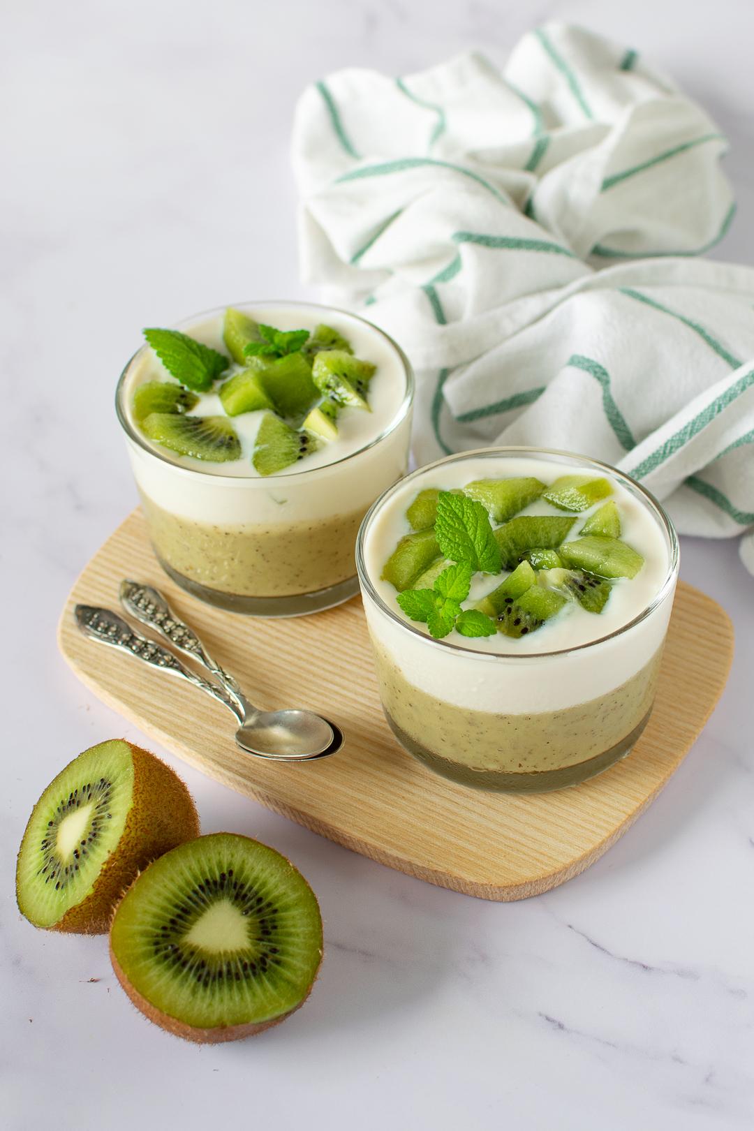 budini al kiwi con yogurt vegetale e kiwi a pezzetti